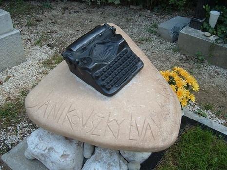 Emlékek az írógépes sírnál...